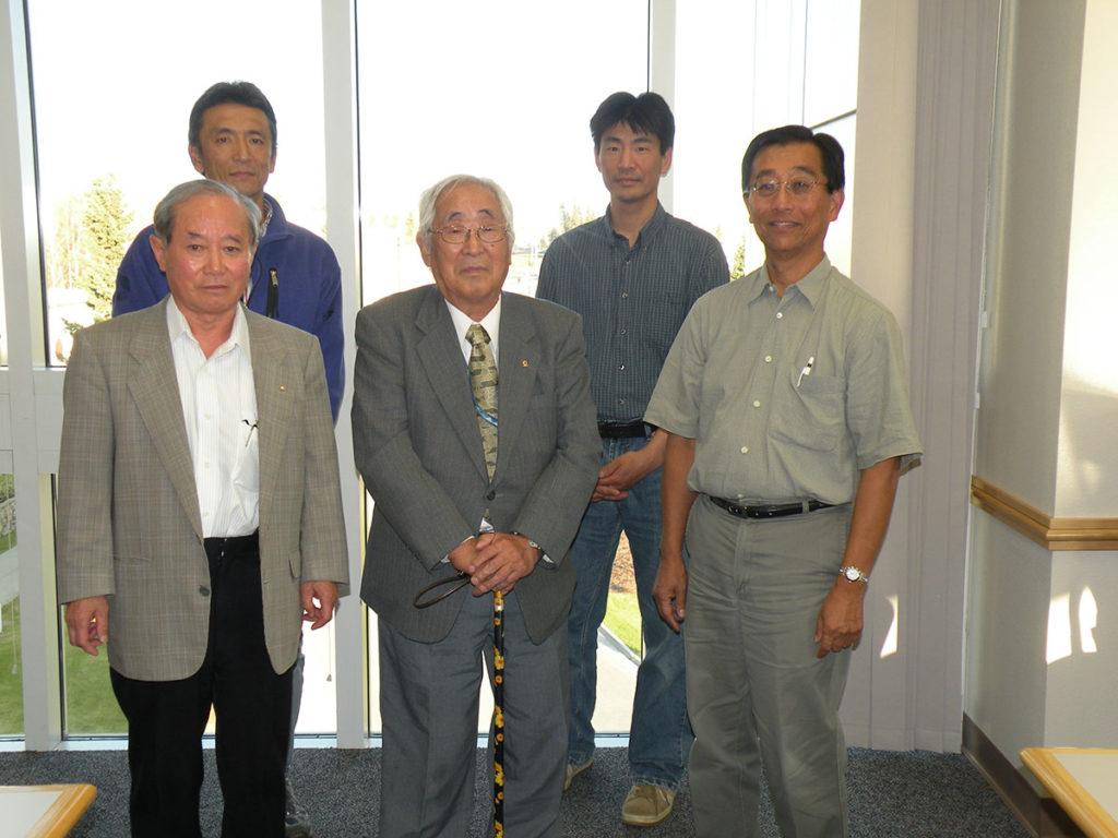 赤祖父俊一氏(前列左)