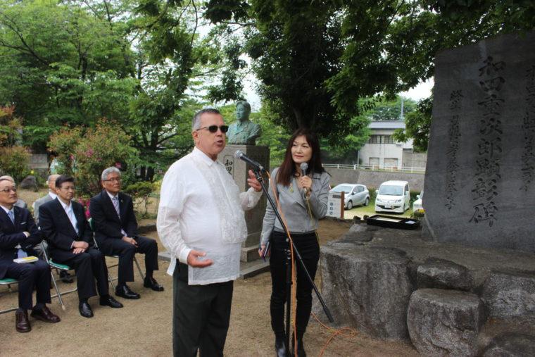 和田重次郎の「子孫たちの物語」を達筆しているマイケル・オヘア氏、マイケルはヘレン・和田・シルベイラの3男ドナルドの息子